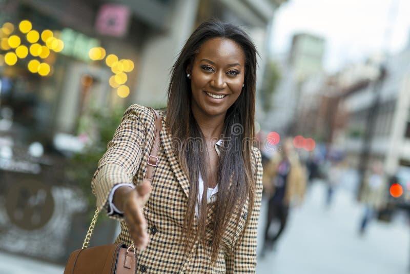 donna di affari che offre una stretta di mano convenzionale immagine stock libera da diritti