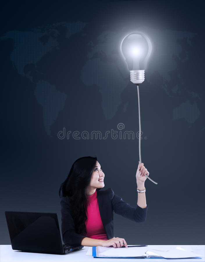 Donna di affari che ottiene un'idea luminosa fotografie stock