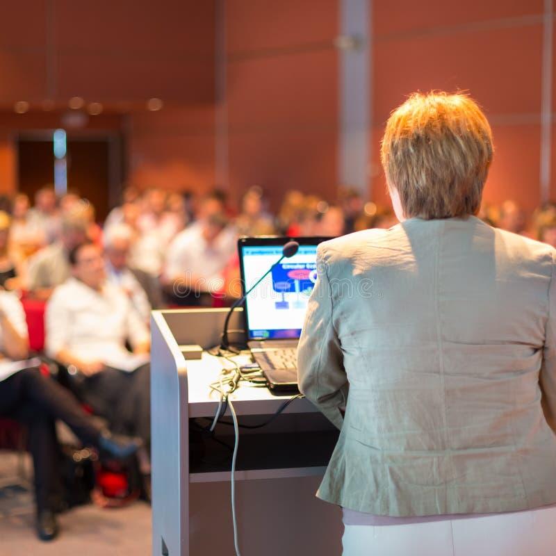 Donna di affari che parla alla conferenza immagine stock libera da diritti