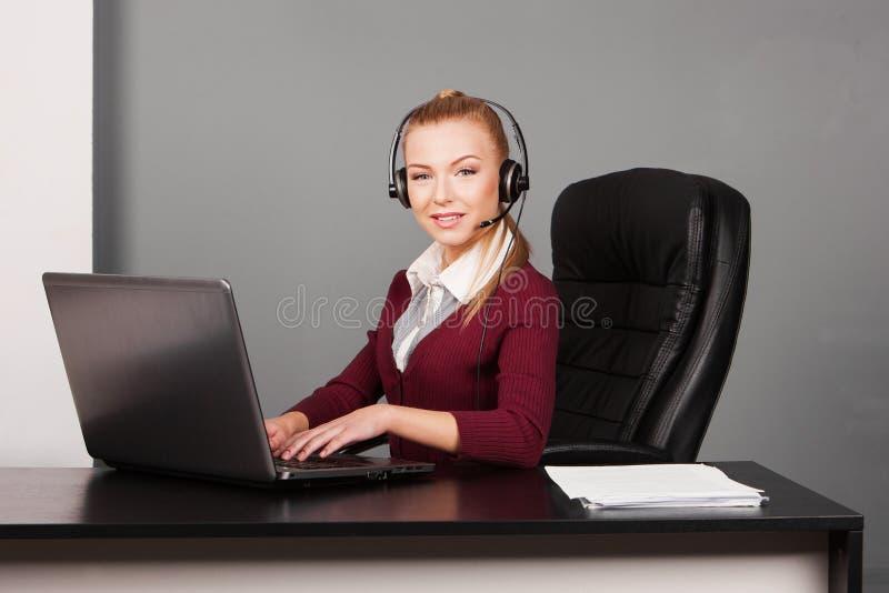 Donna di affari che parla dal telefono mentre lavorando fotografia stock libera da diritti
