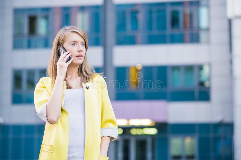Donna di affari che parla sul suo Smart Phone mobile fotografie stock libere da diritti