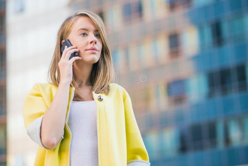 Donna di affari che parla sul suo Smart Phone mobile fotografia stock