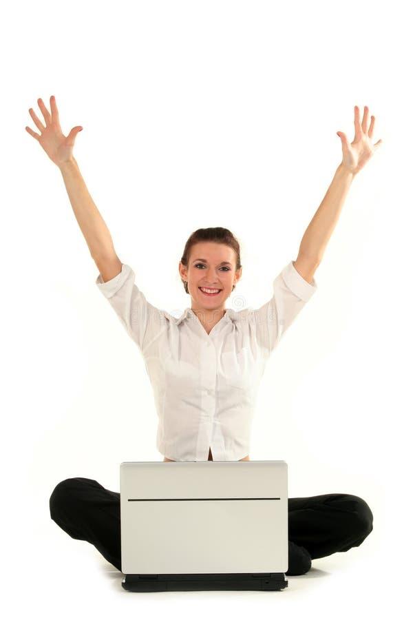 Donna di affari che per mezzo del computer portatile fotografia stock libera da diritti