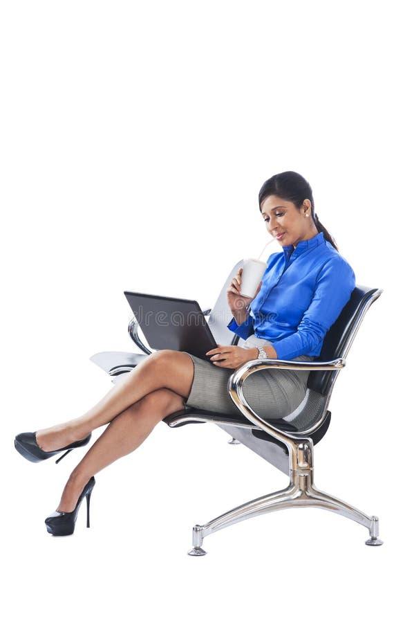 Donna di affari che per mezzo del computer portatile immagini stock libere da diritti