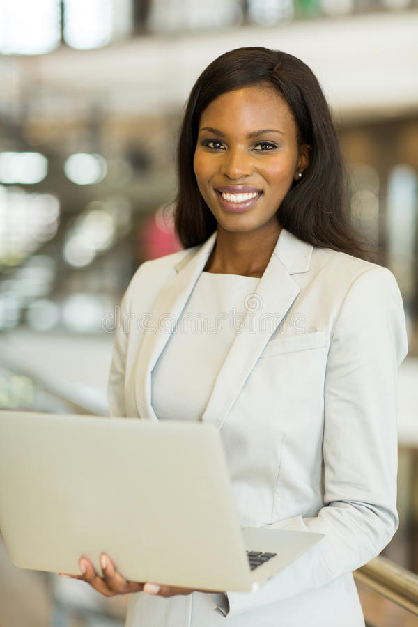 Donna di affari che per mezzo del computer portatile fotografie stock