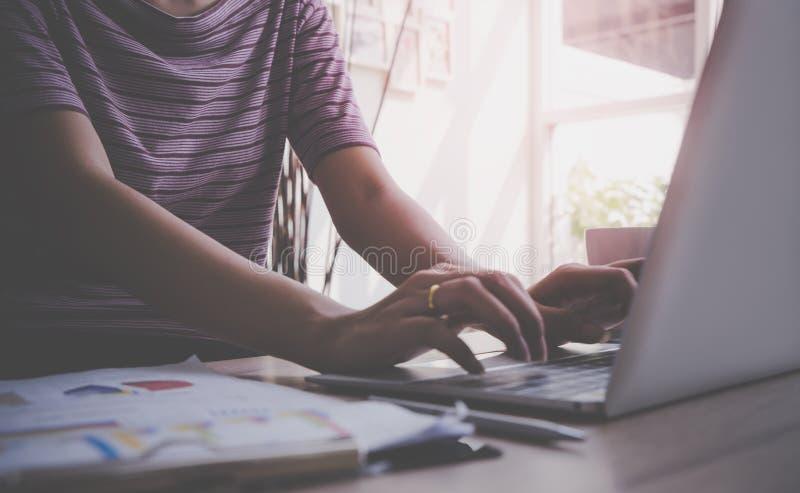 Donna di affari che per mezzo del computer sulla tavola di legno con finanziario immagini stock libere da diritti