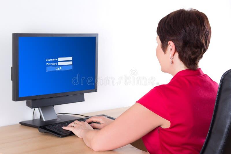 Donna di affari che per mezzo del pc con lo schermo di connessione fotografie stock libere da diritti