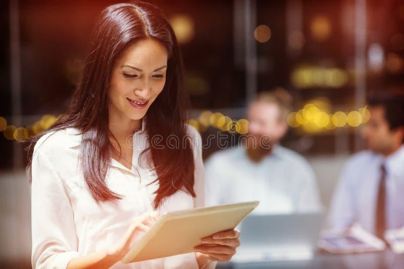 Donna di affari che per mezzo del ridurre in pani digitale fotografia stock