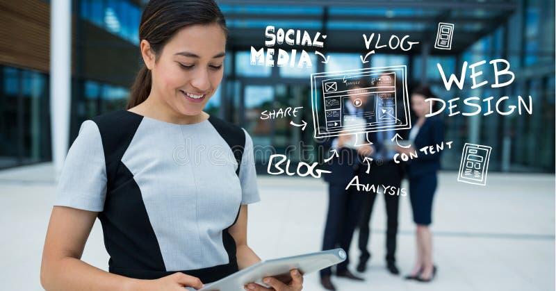 Donna di affari che per mezzo della compressa digitale dalle icone fuori dell'ufficio immagini stock