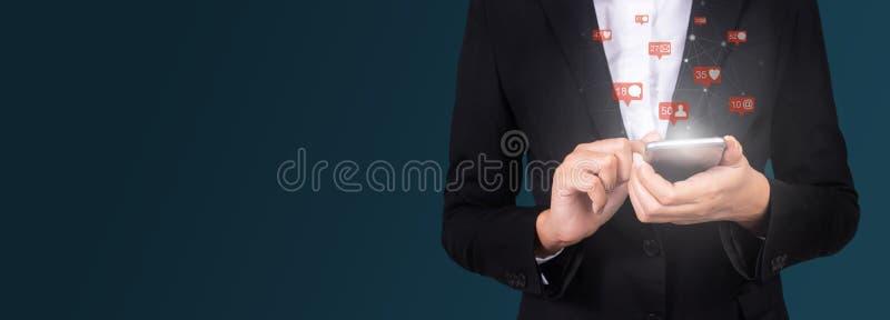 Donna di affari che per mezzo dello Smart Phone mobile, sociale, media, vendita fotografie stock libere da diritti