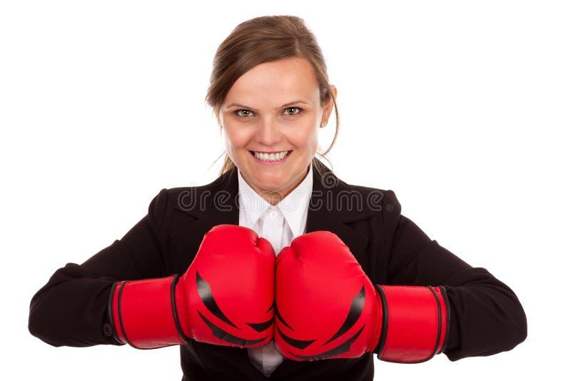 Donna di affari che perfora insieme i guantoni da pugile rossi pronti a combattere fotografie stock libere da diritti
