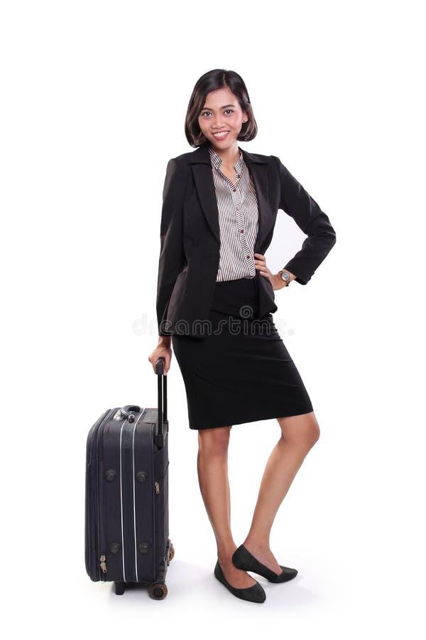 Donna di affari che posa con la borsa di viaggio, integrale fotografia stock libera da diritti