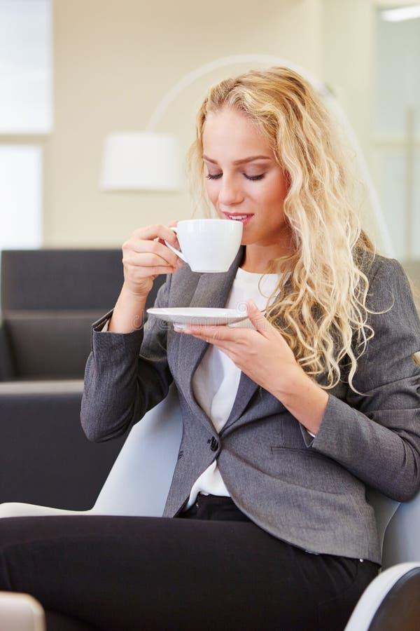 Donna di affari che prende pausa caffè fotografie stock libere da diritti