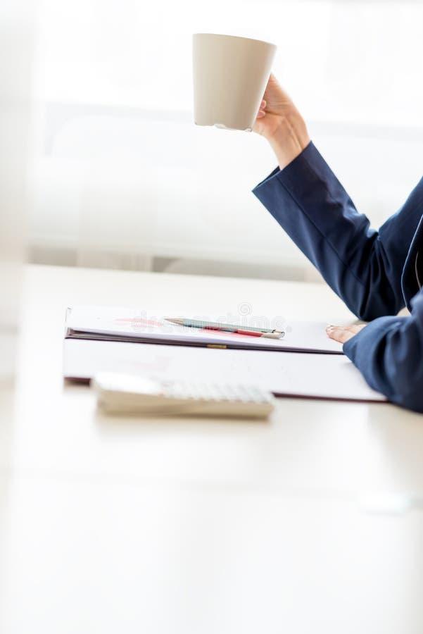Donna di affari che prende una pausa caffè ben meritato fotografia stock libera da diritti