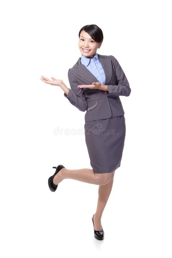 Donna di affari che presenta con lo spazio della copia fotografia stock libera da diritti