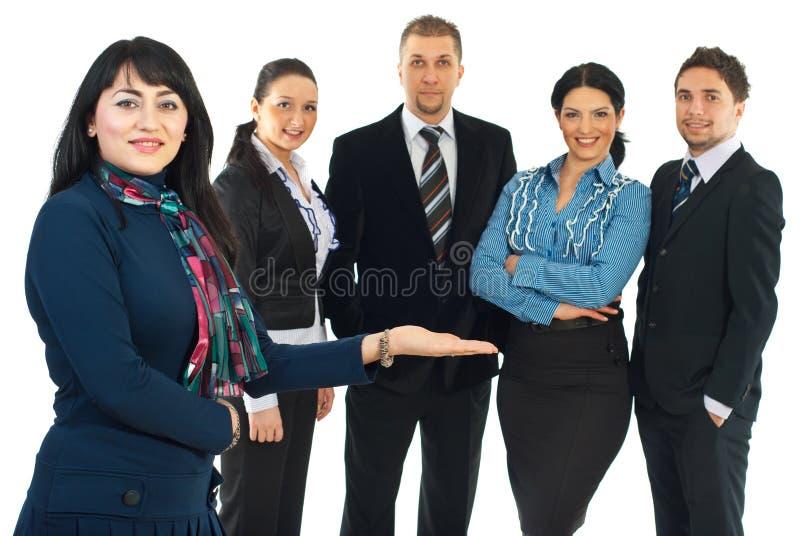 Donna di affari che presenta la sua squadra immagine stock libera da diritti