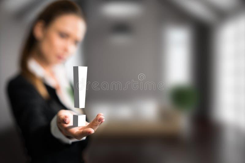 Donna di affari che presenta un exclamationmark fotografie stock