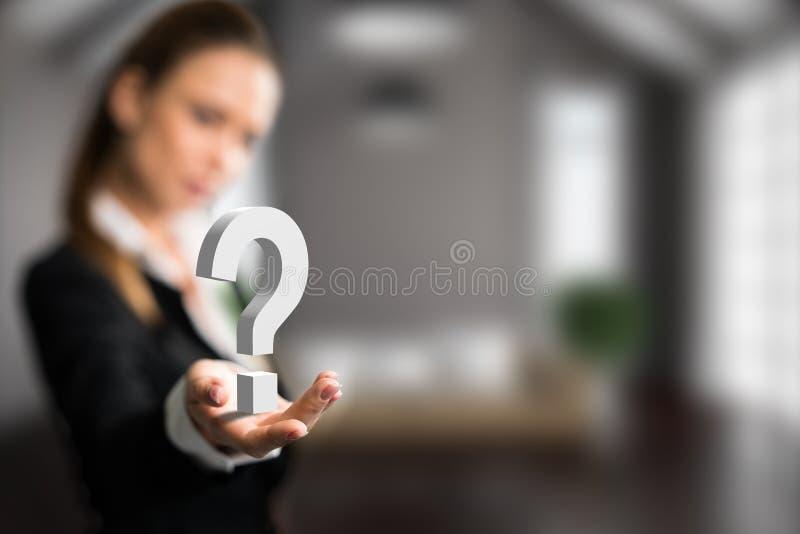 Donna di affari che presenta un questionmark fotografie stock
