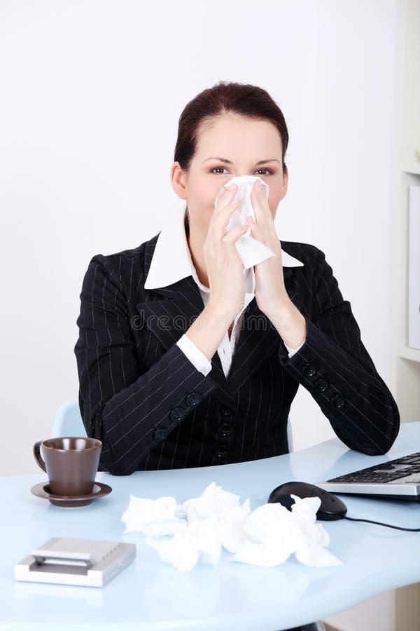 Donna di affari che salta il suo radiatore anteriore. immagine stock libera da diritti