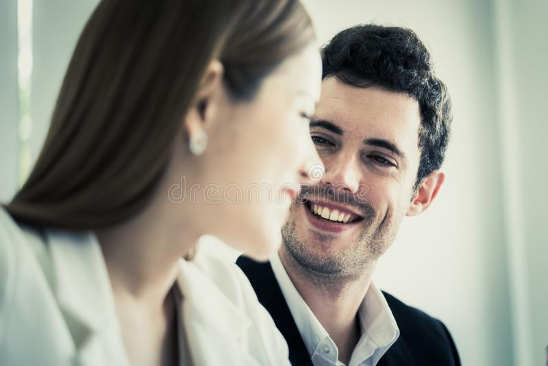 Donna di affari che si innamora con il capo sul lavoro immagine stock libera da diritti
