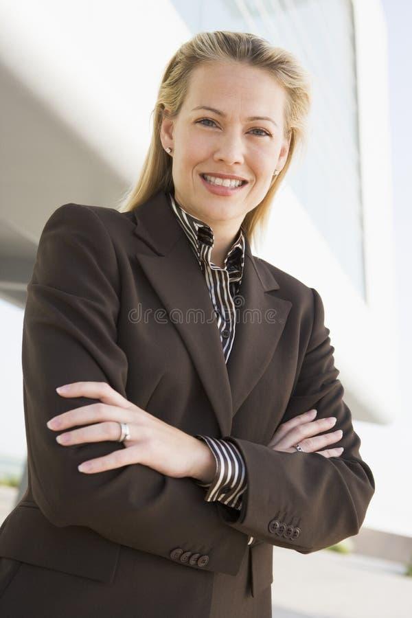 Donna di affari che si leva in piedi all'aperto dalla costruzione fotografia stock libera da diritti