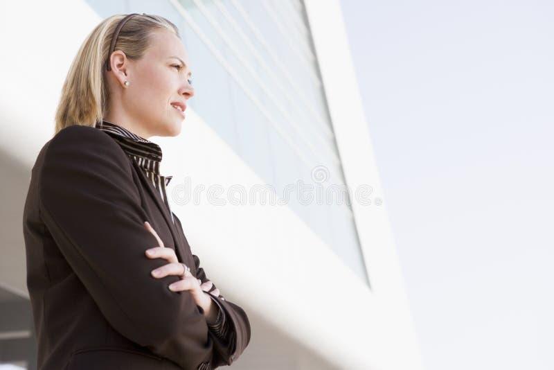 Donna di affari che si leva in piedi all'aperto dalla costruzione immagine stock libera da diritti