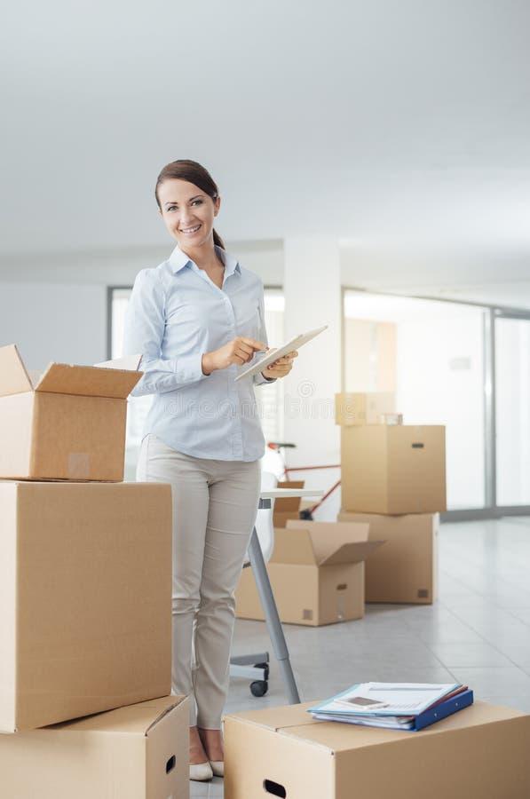 Donna di affari che si muove nel suo nuovo ufficio fotografia stock