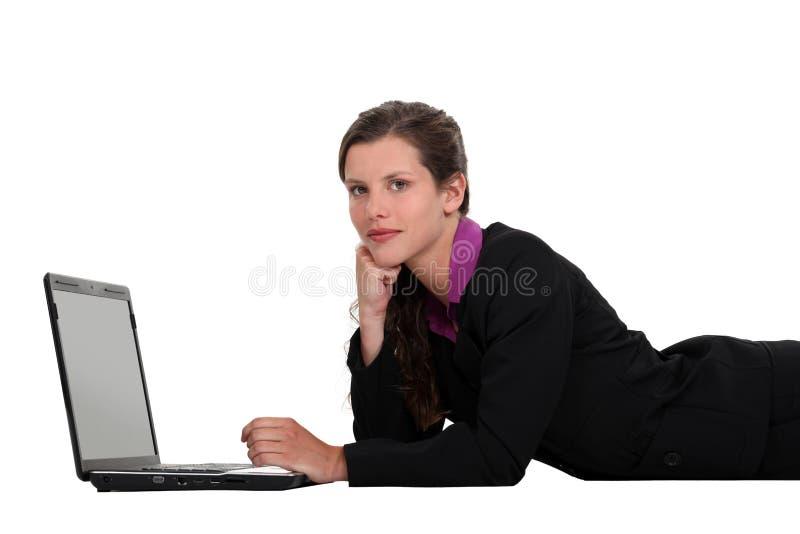 Donna di affari che si riposa con il computer portatile fotografie stock libere da diritti