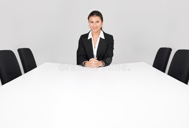 Donna di affari che si siede da solo fotografia stock libera da diritti
