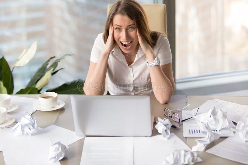 Donna di affari che soffre dall'esaurimento nervoso fotografie stock libere da diritti