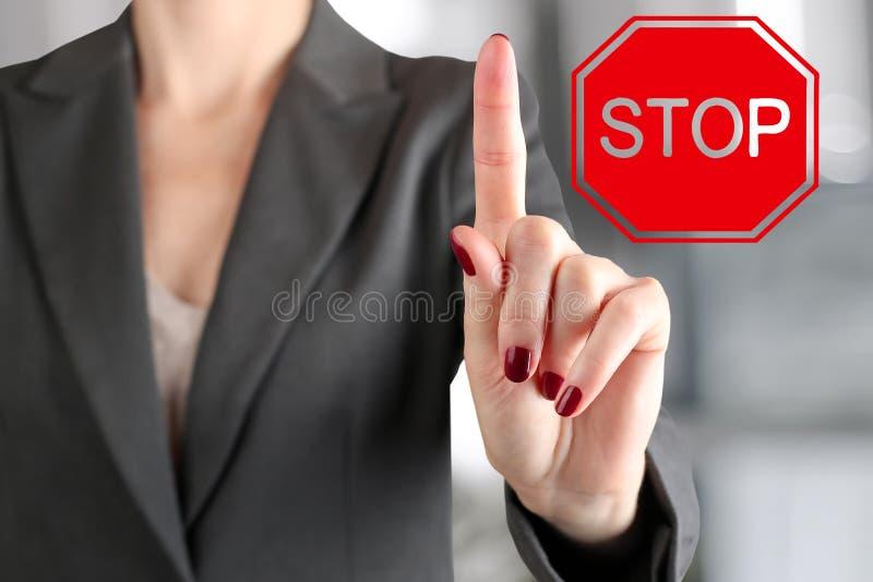Donna di affari che solleva un dito su Pagamento del gesto di attenzione fotografia stock libera da diritti