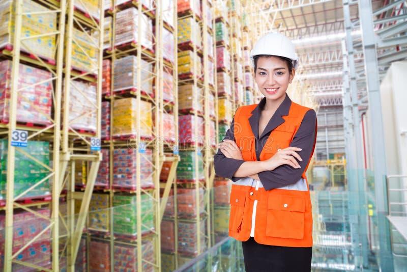 Donna di affari che sorride nel magazzino fotografie stock
