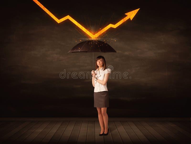 Donna di affari che sta con l'ombrello che tiene freccia arancio fotografie stock libere da diritti