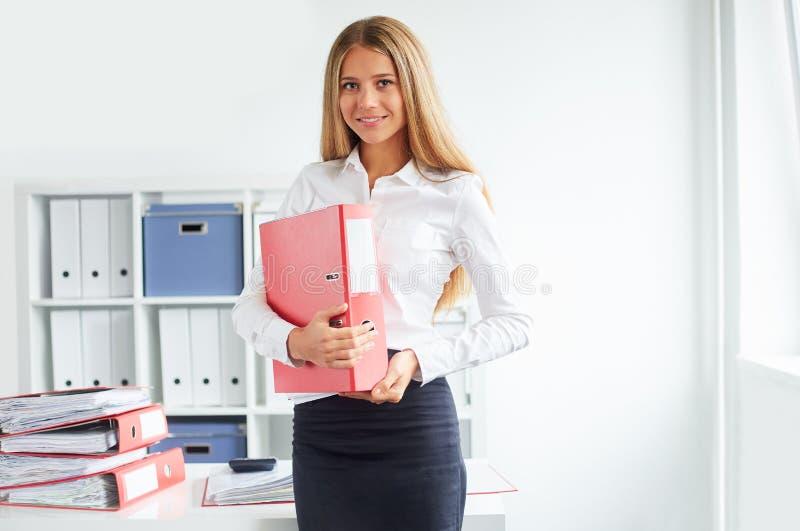 Donna di affari che sta nell'ufficio immagine stock