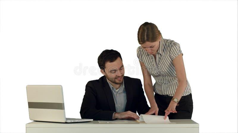 Donna di affari che sta nell'ufficio che presenta un documento alla sua firma della sabbia del capo Su fondo bianco isolato fotografia stock