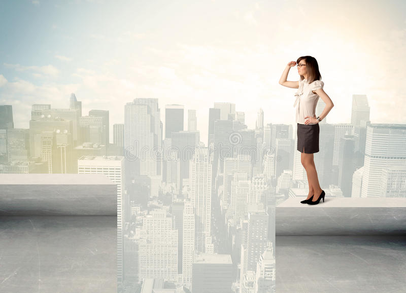 Donna di affari che sta sull'orlo del tetto immagini stock