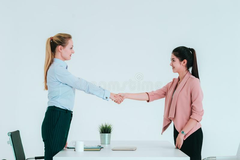 Donna di affari che stringe le mani nell'ufficio dopo la riuscita riunione immagini stock