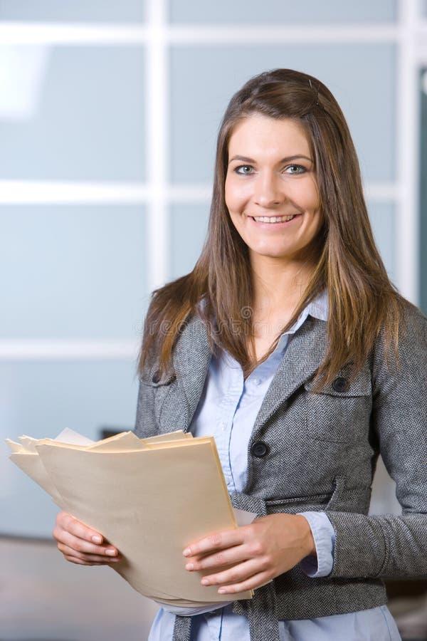 Donna di affari che tiene i documenti giuridici fotografia stock
