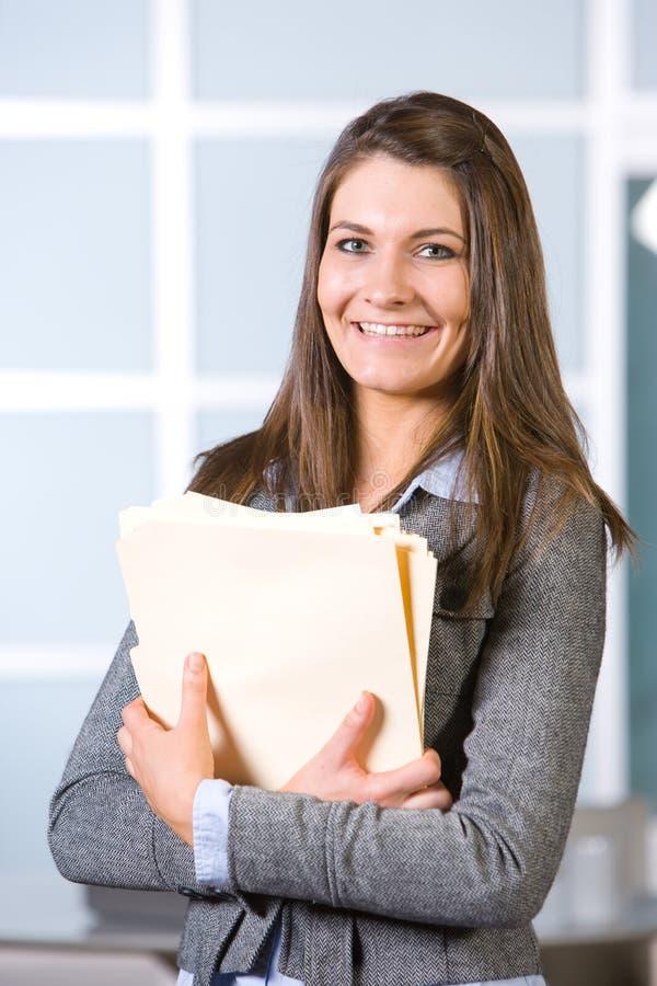 Donna di affari che tiene i documenti giuridici immagini stock libere da diritti
