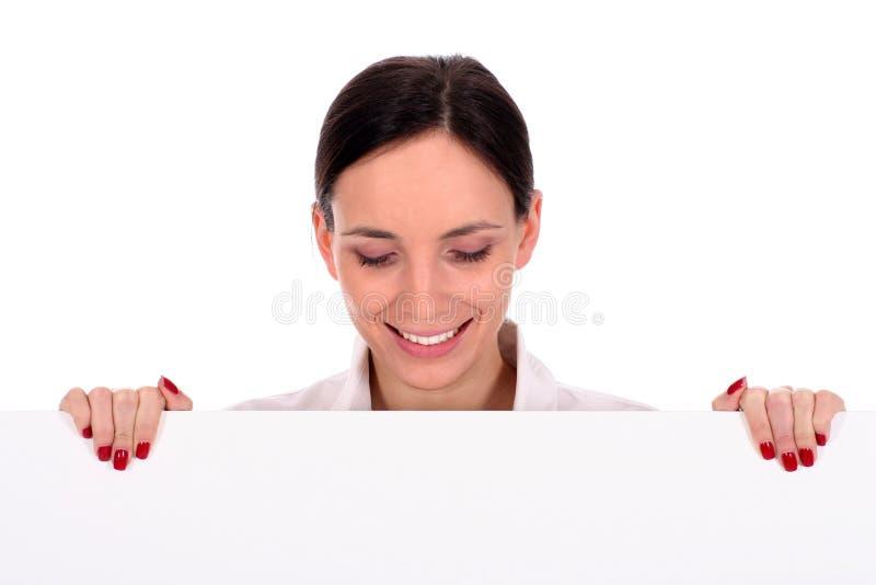 Donna di affari che tiene manifesto in bianco immagini stock libere da diritti