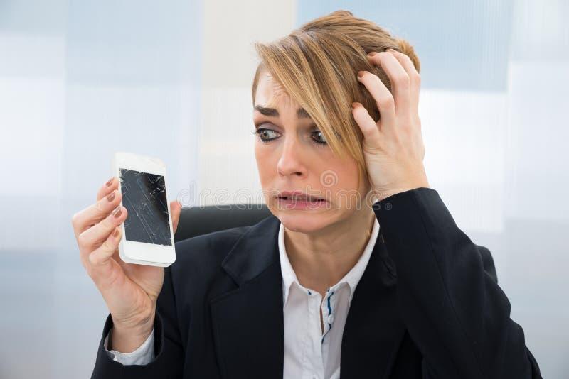 Download Donna Di Affari Che Tiene Smartphone Tagliato Fotografia Stock - Immagine di espressione, oggetto: 55361904