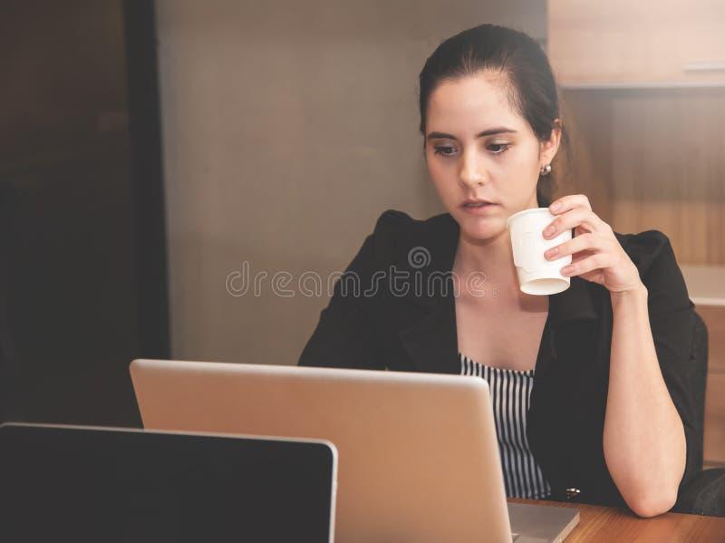 Donna di affari che tiene tazza di acqua immagini stock libere da diritti