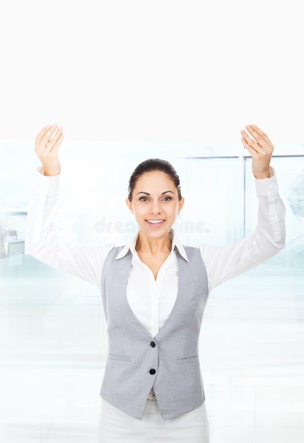 Donna di affari che tiene un cartongesso bianco in bianco fotografie stock libere da diritti