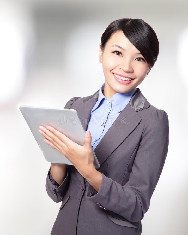 Donna di affari che tiene un pc della compressa immagine stock