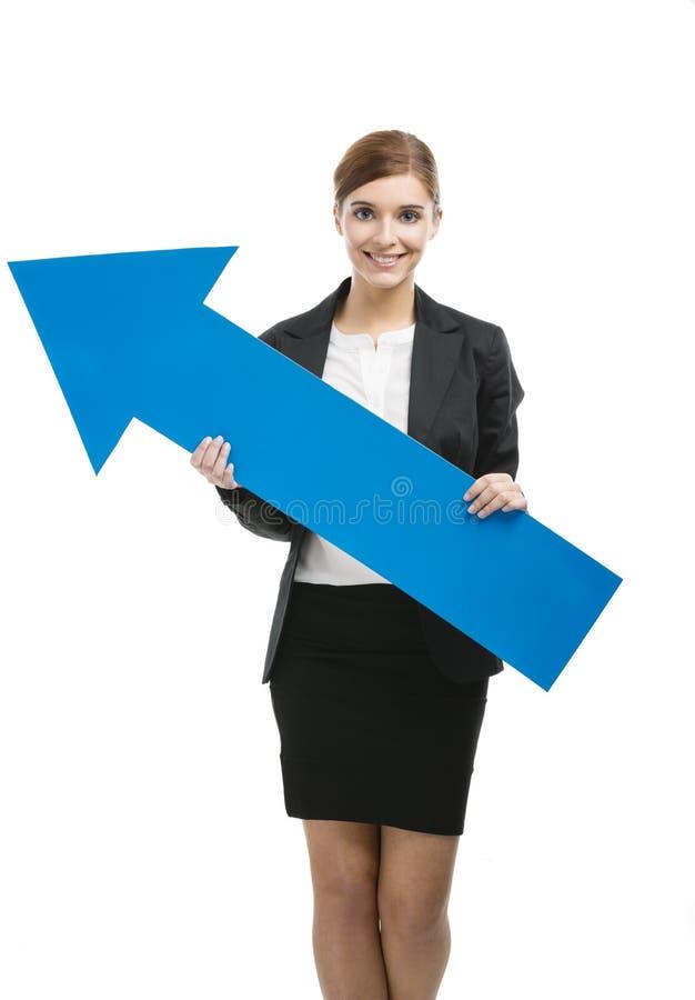 Donna di affari che tiene una freccia blu fotografia stock libera da diritti