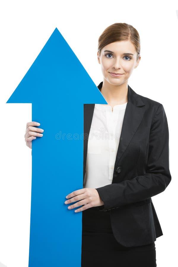 Donna di affari che tiene una freccia blu immagine stock libera da diritti