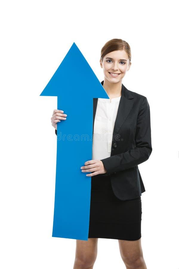 Donna di affari che tiene una freccia blu fotografie stock libere da diritti