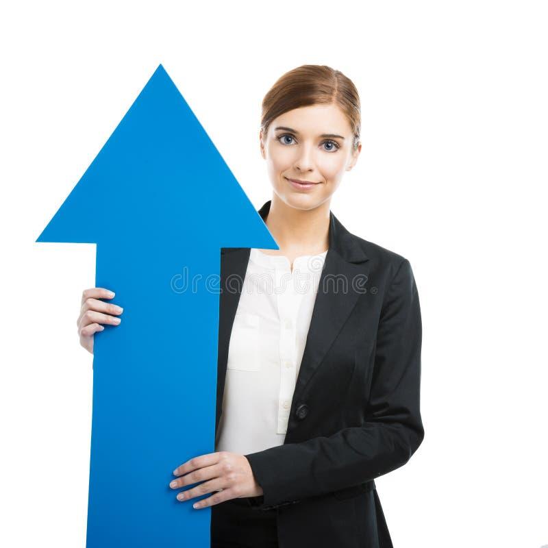 Donna di affari che tiene una freccia blu immagini stock libere da diritti