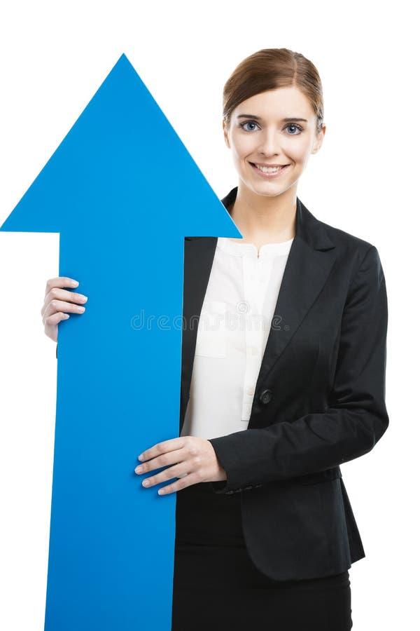 Donna di affari che tiene una freccia blu fotografia stock