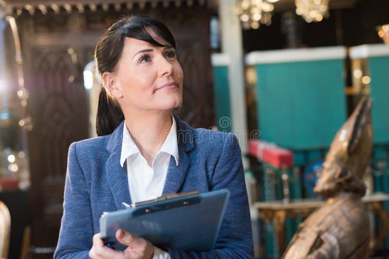 Donna di affari che tiene una lavagna per appunti immagini stock